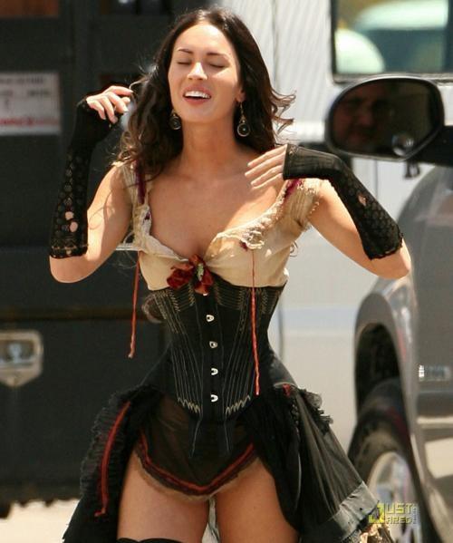 Меган Фокс щеголяет в корсете и чулках в образе подруги главного героя по имени Лейла.